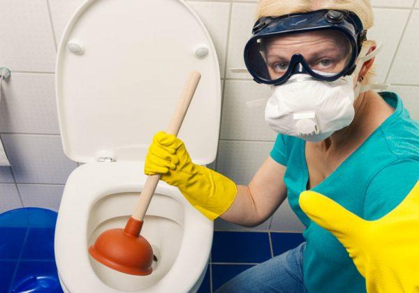 12 techniques pour déboucher des toilettes bouchées facilement