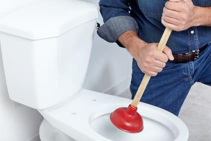 Comment déboucher une toilette avec un piston